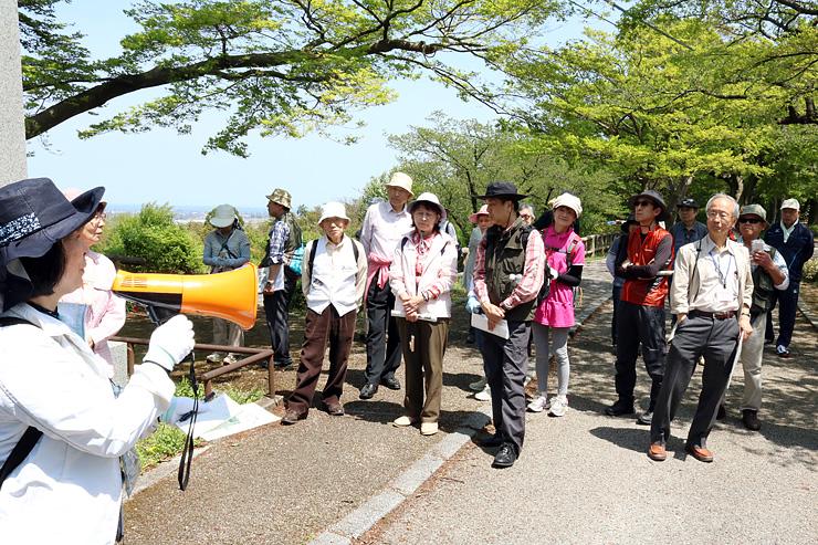 呉羽山を散策しながら歴史や自然を楽しむ参加者
