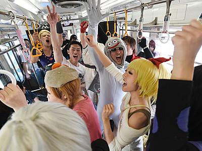 「新鮮」大音量アニソン列車 ファンの団体、松本で借り切り70人熱唱