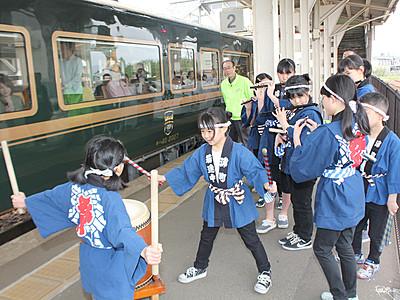 夜高太鼓で観光列車歓迎 子どもら威勢良く