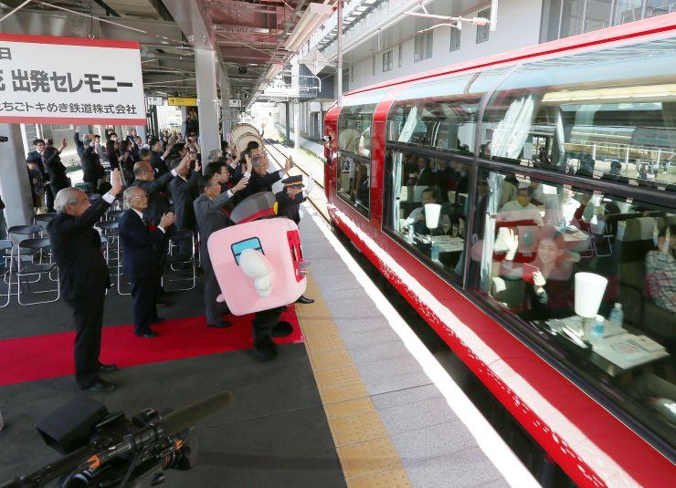 関係者が手を振って見送る中、出発したリゾート列車「雪月花」=23日、上越市の上越妙高駅