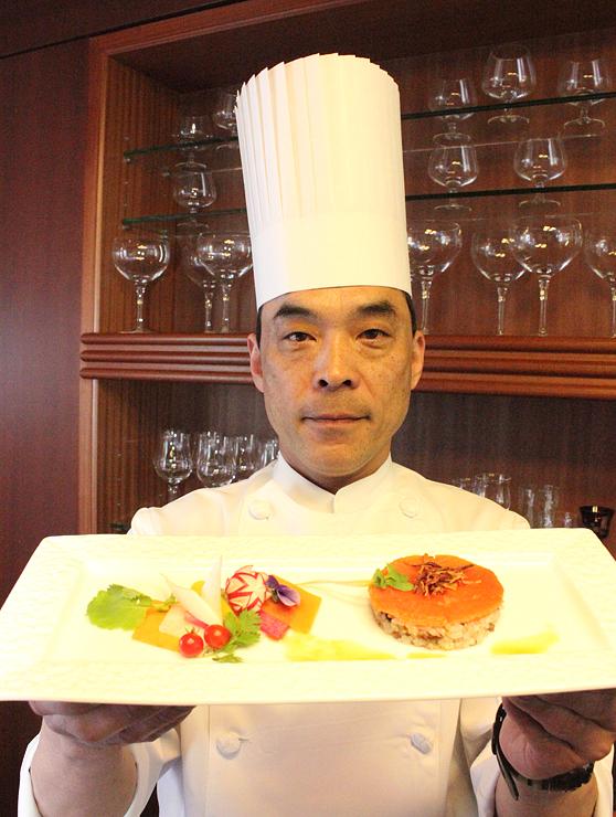 G7スペシャルディナーの一品「ます寿司をイメージしたお米のサラダ」を紹介する桃井シェフ=とやま自遊館