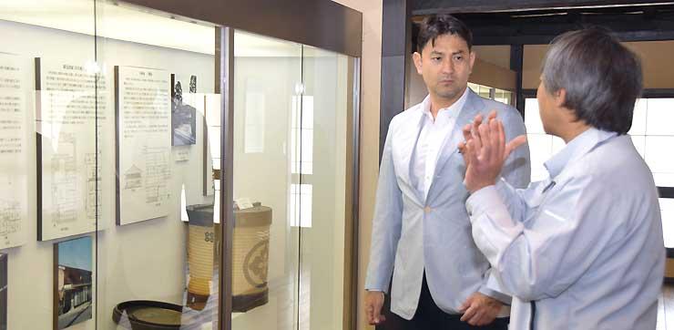 長久保宿にある歴史資料館で説明を聞く藤本さん(左)