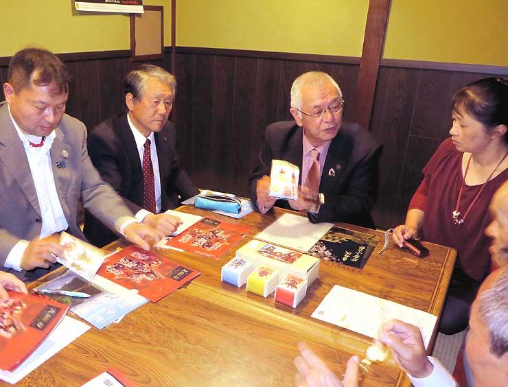 白石市の風間市長(中央右)と懇談する願う会の役員ら
