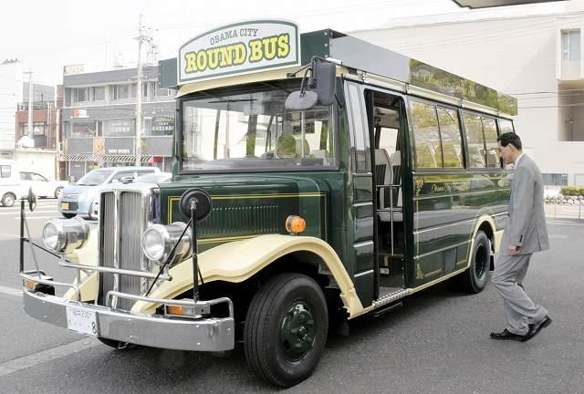 福井県小浜市に納車されたレトロ調バス=25日、小浜市役所