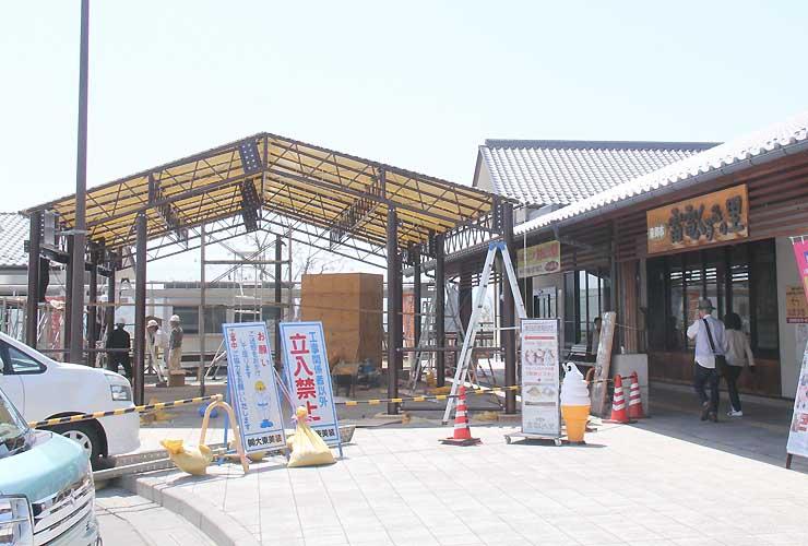 東御市の道の駅「雷電くるみの里」が建設している常設テント(左)と外店舗(左奥の白い小屋)