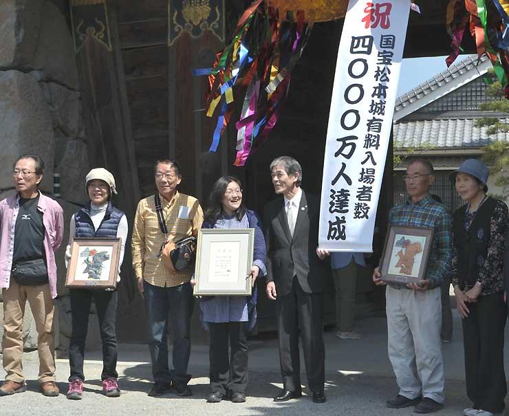 松本城の有料入場者数が4千万人に達したことを記念して開いたセレモニー