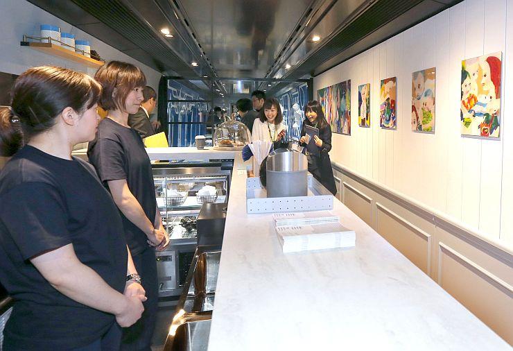 現美新幹線の車内にあるカフェ。女性客を主なターゲットにしている=11日