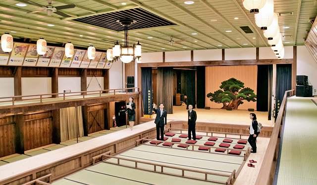 内覧会で公開された旭座の舞台と客席=27日、福井県小浜市白鬚