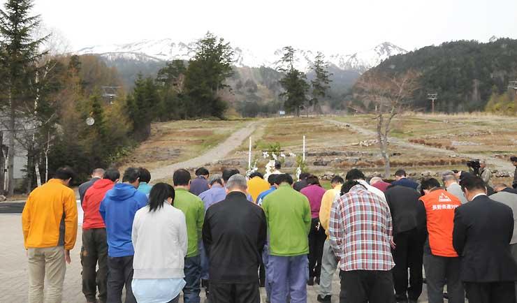 29日の運行開始を前に、御岳ロープウェイの鹿ノ瀬駅近くで開いた安全祈願祭