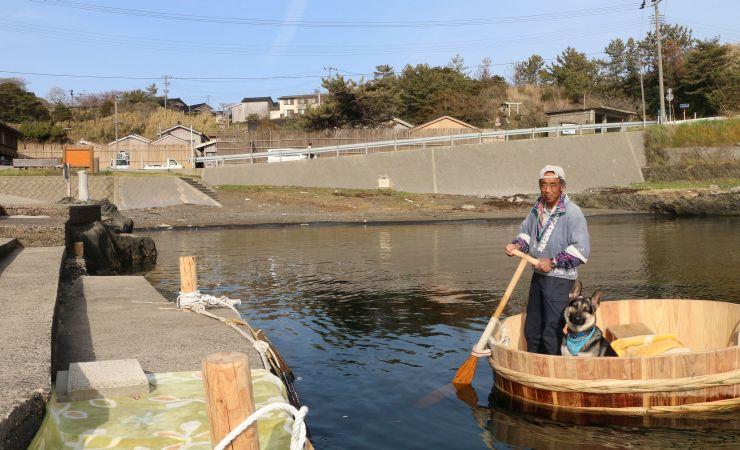 たらい舟乗り場がオープンした宿根木地区。船頭の金子啓次さんも来客を心待ちにしている=25日、佐渡市