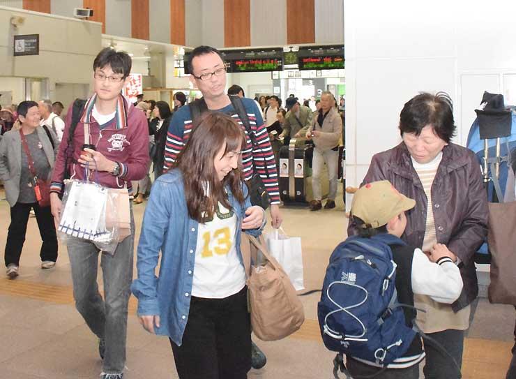 都内や名古屋方面からの特急が到着するたび、大きな荷物を持った人たちで混雑したJR松本駅=29日午後、松本市