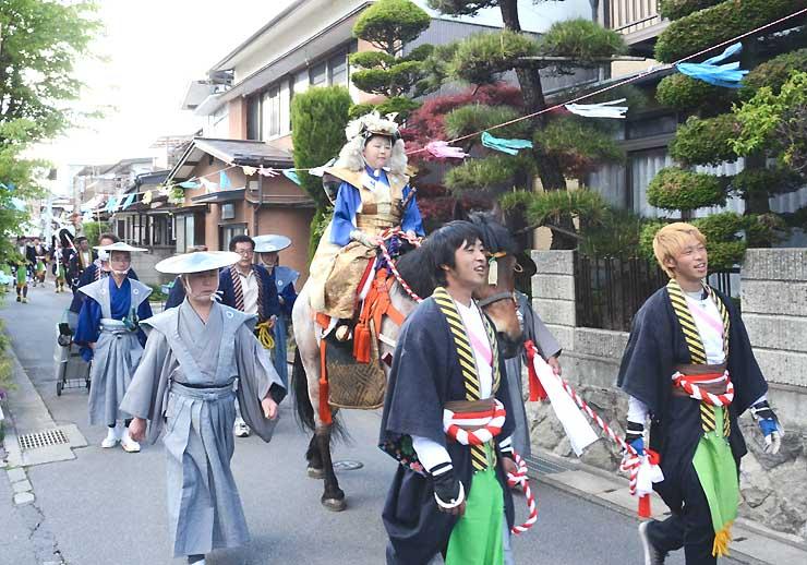 下諏訪町第1区で披露された騎馬行列