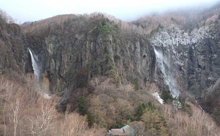 アクセス道路の冬季閉鎖が解除された米子大瀑布の不動滝(右)と権現滝(左)