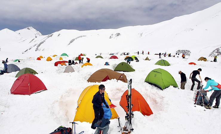キャンプ場で次々と設営され花畑のように見えるカラフルなテント=立山・雷鳥沢