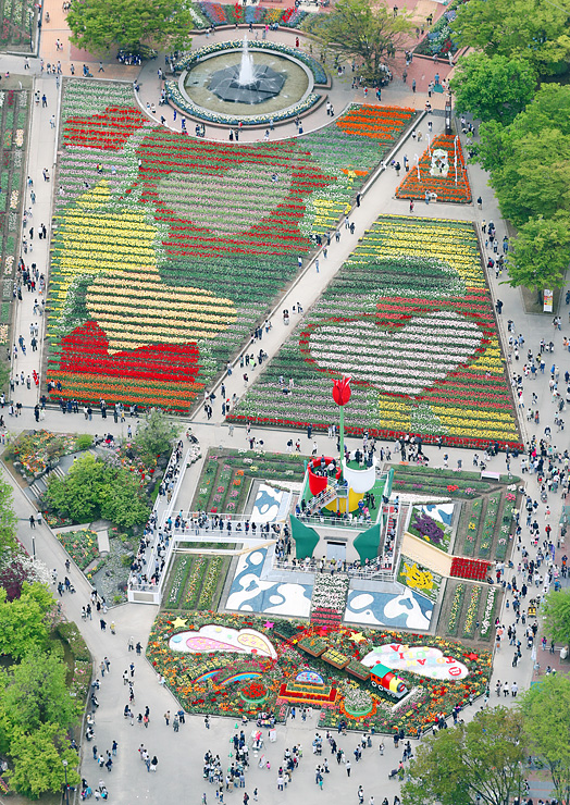今季最多の3万8000人が訪れた「となみチューリップフェア」。ハート形の地上絵がくっきりと浮かび上がった=30日正午ごろ、砺波チューリップ公園