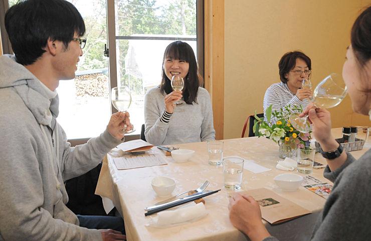 松川町産のリンゴを使ったシードルを味わうツアーの参加者たち