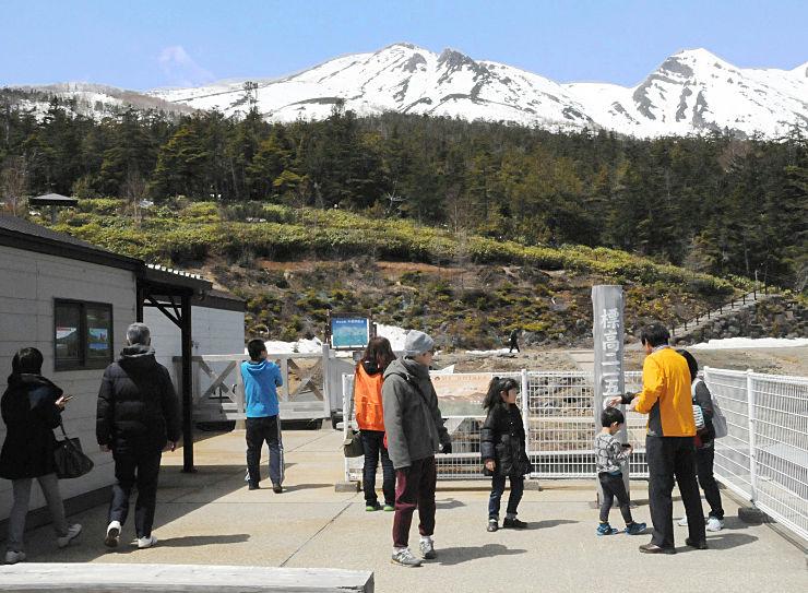 飯森高原駅から御嶽山の眺めを楽しむ人たち