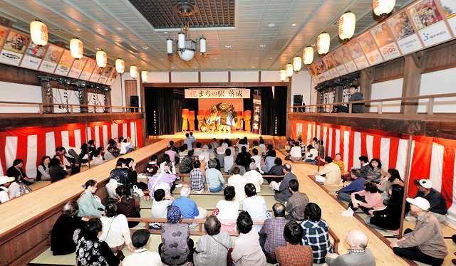 オープンした「まちの駅」の旭座で放生祭の舞台を楽しむ市民ら=1日、福井県小浜市白鬚