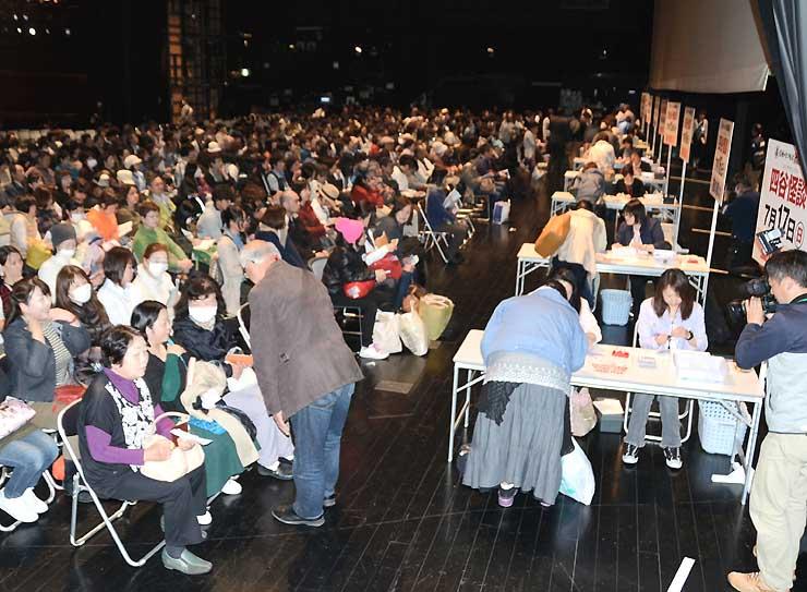 チケットを求めて大勢が詰め掛けた、まつもと市民芸術館の特設会場