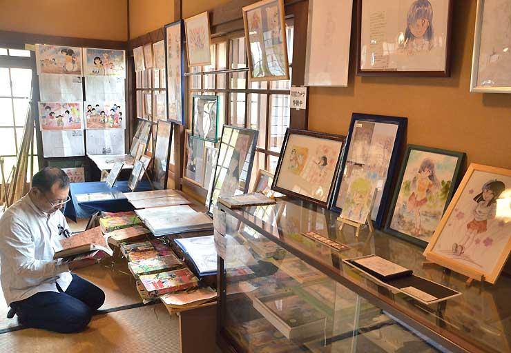 急逝した小山田さんの原画や作品掲載誌が置かれた資料展=小諸市の小諸宿本陣主屋