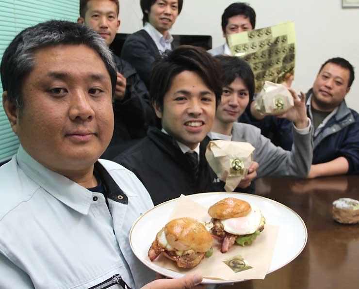 市商工会豊科支部青年部が開発した「あづみ野バーガー」