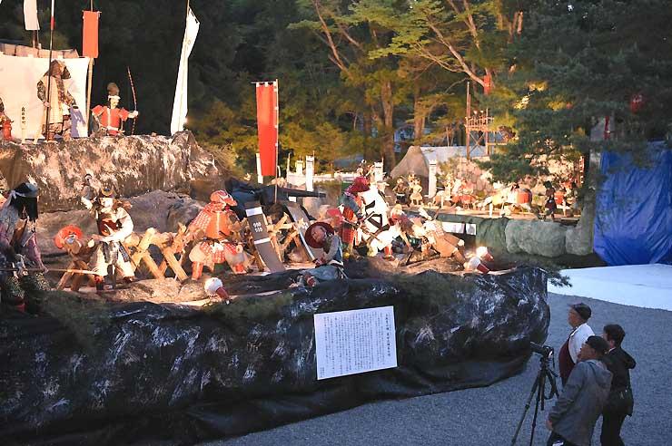 ライトアップされた穂高神社の「穂高人形大飾物展」=1日夜、安曇野市穂高