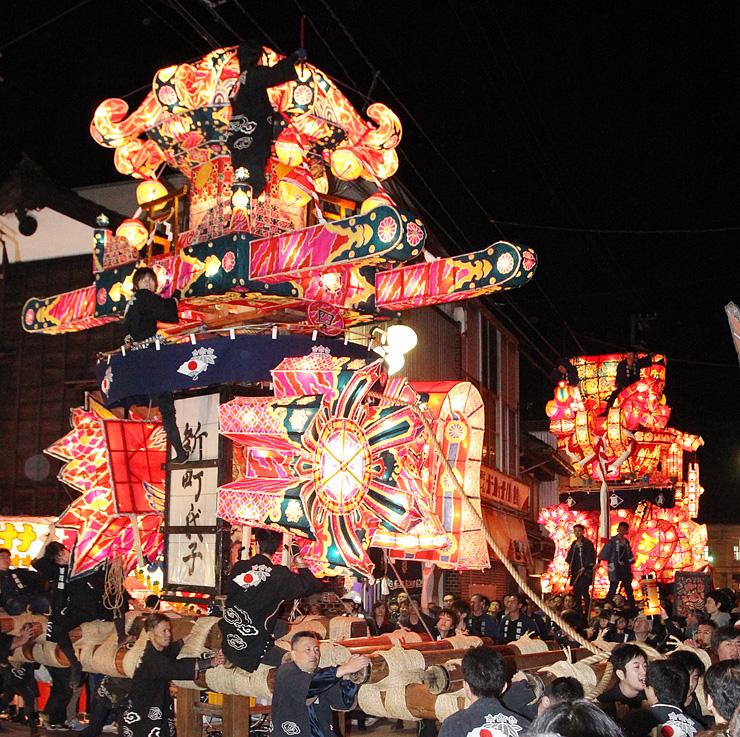 市街地を勇壮に練り回る夜高行燈=福野神明社前