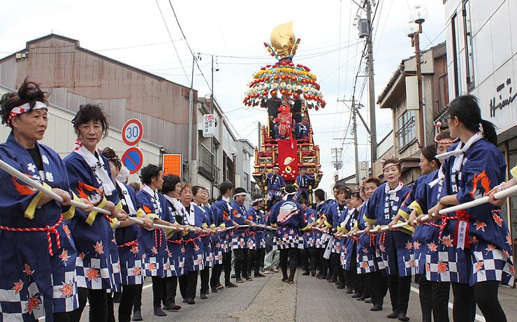 15日の伏木曳山祭を前にした試し曳きで、伏木地区を巡行する十七軒町の山車