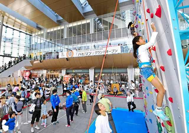 人工壁「はぴウォール」に挑む子どもたち=4日、福井市中央1丁目のハピテラス