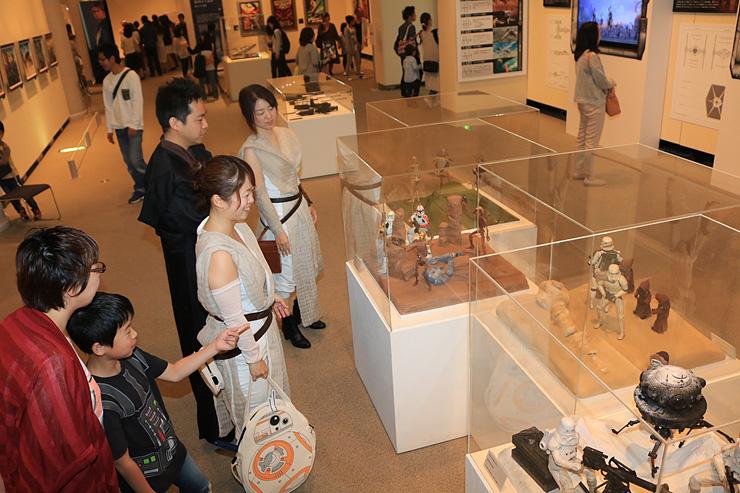 オビワン・ケノービやルークなどおなじみのキャラクターに扮したファンらでにぎわう「スター・ウォーズ展」 =県立近代美術館