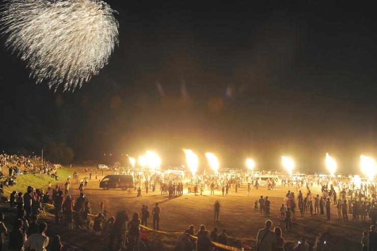熱気球のバーナーの炎と花火が夜空を彩ったバルーンイリュージョン=4日午後7時半、佐久市