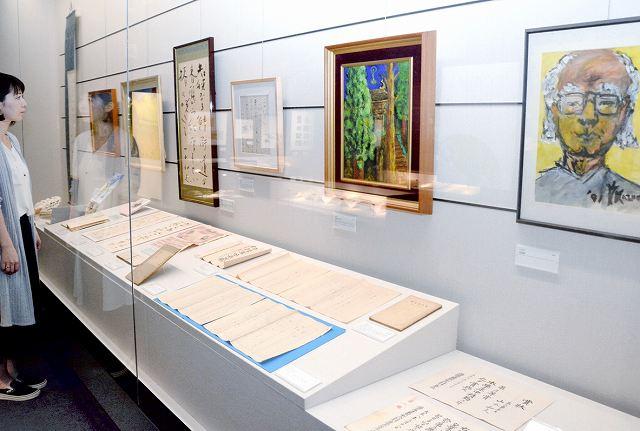 福井県ゆかりの作家の資料108点が並ぶ県ふるさと文学館の新収蔵品展=福井市の同館