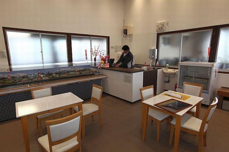 喫茶コーナーのオープンに向けた準備が整った二本木駅の待合室=上越市中郷区