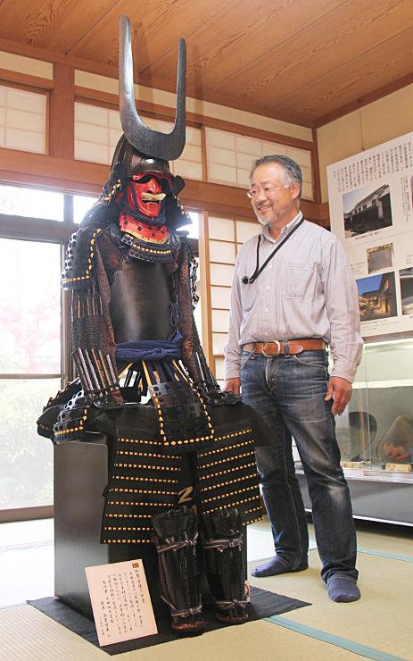 真田昌幸をイメージした甲冑と制作した笹栗さん