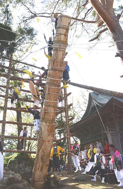 木やりに合わせて引き上げられる松原諏方神社の御柱