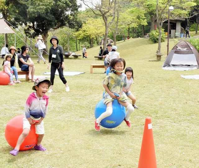 ゴムボールにのって目印に向かう子どもたち=8日、福井県高浜町中山の「青葉山健康長寿の里ハーバルビレッジ」
