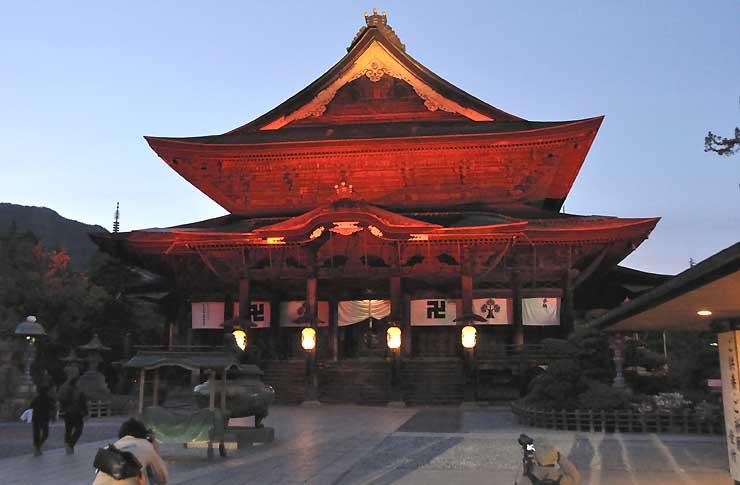 世界赤十字デーを記念してライトアップされた善光寺=8日午後7時すぎ、長野市