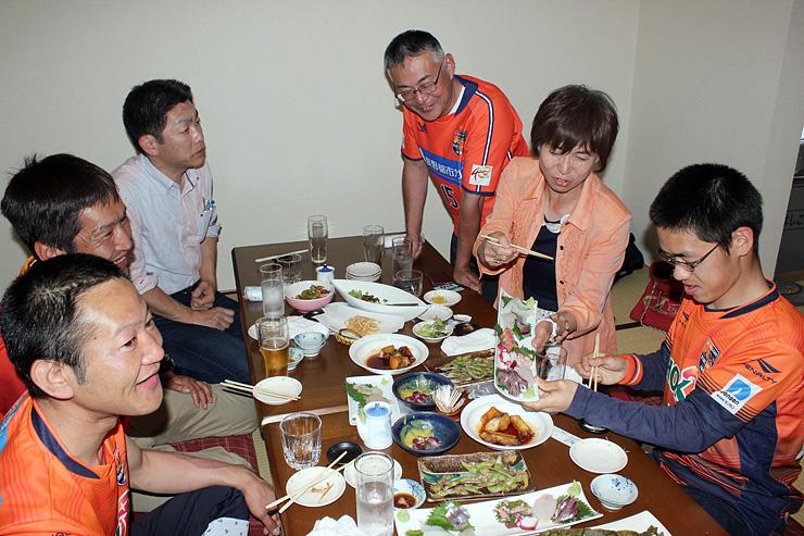 サッカー観戦後、富山の味を楽しむ参加者