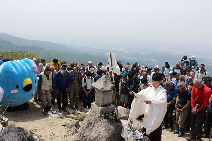 阿賀野市のイメージキャラクター「ごずっちょ」も登場し、シーズン中の無事故を願った五頭連峰の安全祈願祭=3日、五頭山の五ノ峰山頂