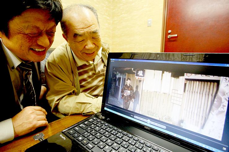 昭和レトロな町「津沢」の魅力を発信するショートムービーの完成を喜ぶ金谷さん(右)と白川克則さん