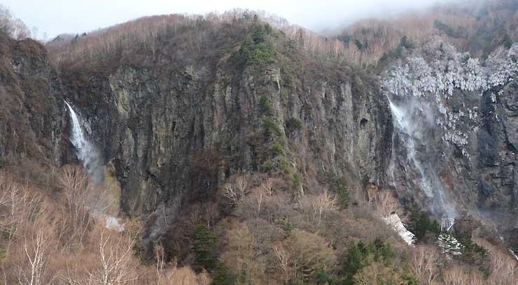 権現滝(左)と不動滝(右)の2本の滝が流れる米子大瀑布=4月29日