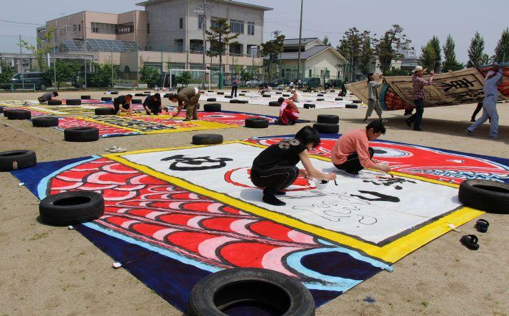 色塗りに精を出す大凧組のメンバーら=3日、新潟市南区白根