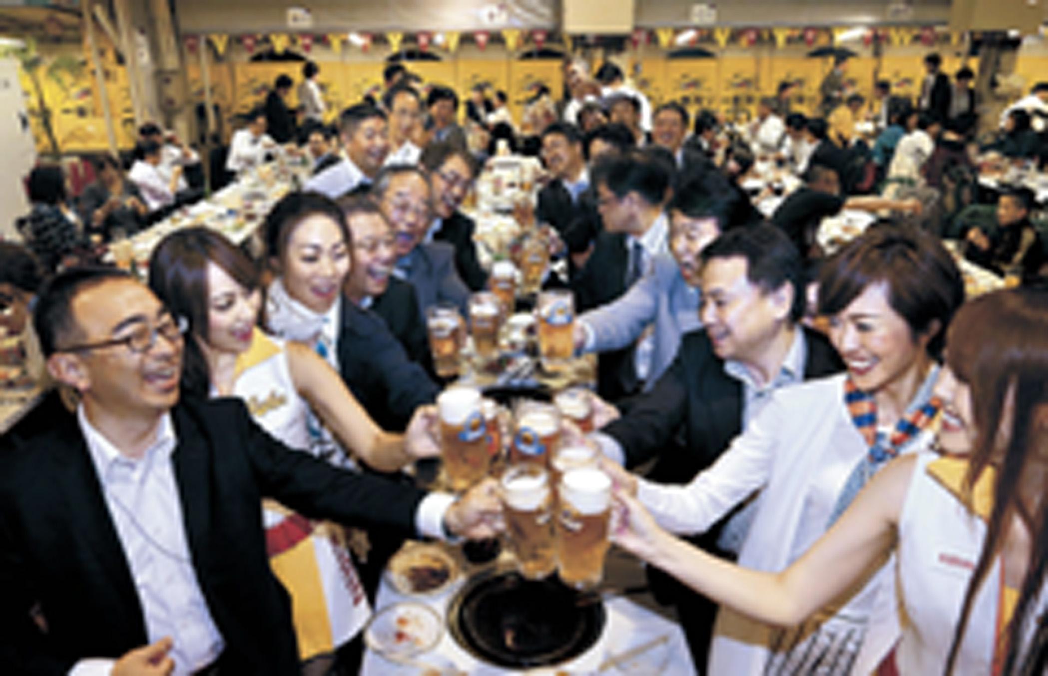 ビールで乾杯する客=10日午後7時40分、金沢市内のホテル