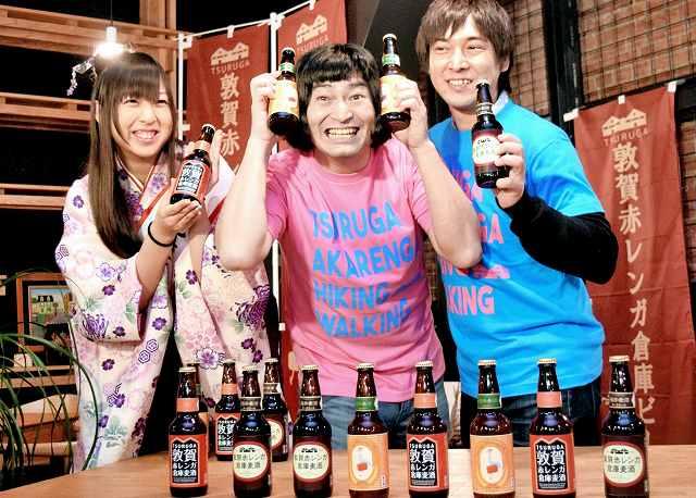 地ビールをPRする岡田さん(左)とお笑いコンビの2人=12日、福井県敦賀市の赤レンガ倉庫