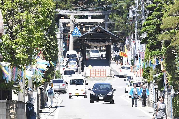 諏訪大社下社春宮(奥)から延びる曳行路。沿道の飾り付けも終わり、祭りの雰囲気が高まっている=12日、下諏訪町