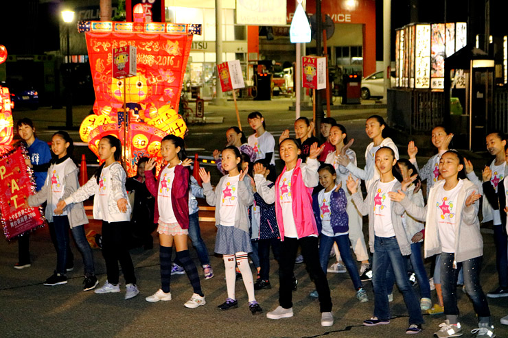 PATちゃん行燈の前で踊りを披露する子どもたち=小矢部市清沢のあんどん広場