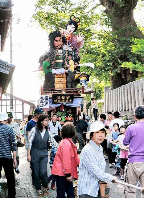 本番を前に住民に山車人形が披露された渡り初め=14日、坂井市三国町山王6丁目