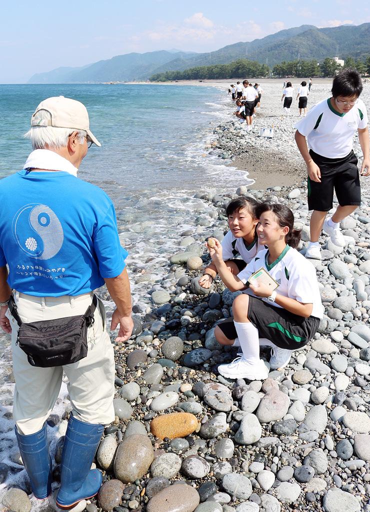 農林漁業の体験学習でヒスイ探しに取り組む愛知県の中学生=2015年9月