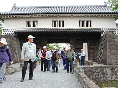 会津街道歴史歩く 石垣、戦場跡思いはせ 新発田城から28キロ探索