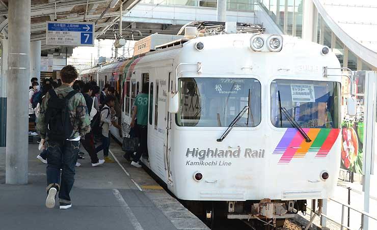 年間利用者が2年ぶりに160万人台を回復した上高地線=松本市の松本駅
